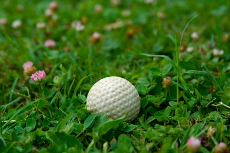 Pelota de golf blanco acostado en un pasto