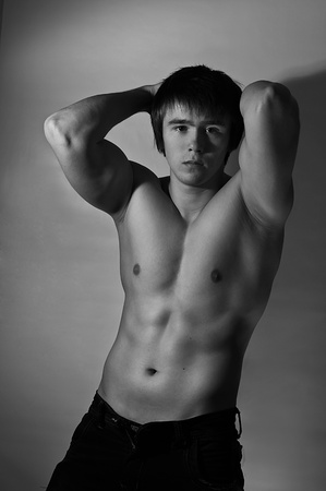 hombre musculoso teniendo las manos en la nuca