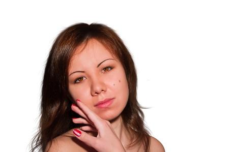 Joven y bella mujer acariciando su rostro limpio belleza aislado en blanco