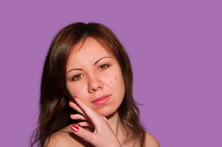 Joven y bella mujer acariciando su rostro limpio belleza aislada de violet