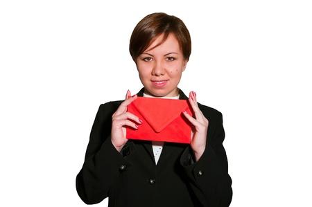 Mujer de negocios bastante joven sonr�e y mantiene los sobres en blanco aislados en blanco