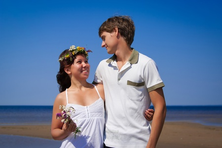 pareja joven y hermosa en la costa del mar de arena Foto de archivo