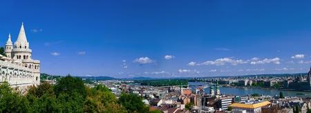 Vista panorámica de Budapest Bastión de los Pescadores con Danubio, el Palacio Real, el Puente de las Cadenas, y la Basílica de San Esteban