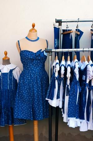 Vestido azul de algod�n en la tienda de cretona. souvenirs h�ngaros Foto de archivo