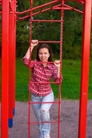 mujer joven feliz sube en la escalera de color rojo