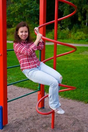 mujer joven feliz bajando en espiral Foto de archivo
