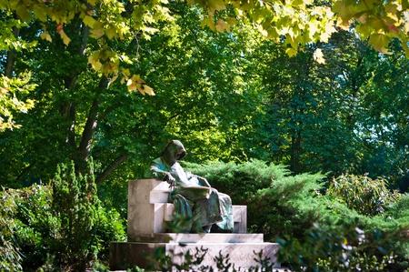 La estatua de Anonymus - famoso escritor húngaro Foto de archivo