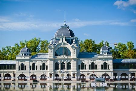 Pista de patinaje sobre el aspecto de lago en el verano de Budapest con monumentos modernos