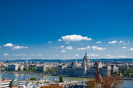 Budapest con panorama del río Danubio. La luz del día. Verano