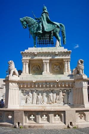 San Istvan estatua y bastión de los pescadores `s en Budapest, Hungría Foto de archivo