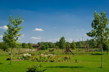 paisaje rural con exuberantes campos verdes y la casa de la granja Foto de archivo