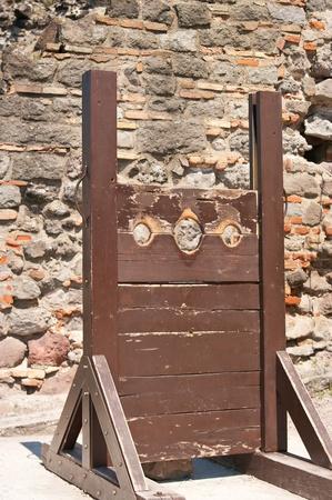 Una guillotina de edad contra un cielo nublado Foto de archivo
