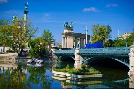 Pista aspecto de lago en el verano de Budapest con monumentos modernos