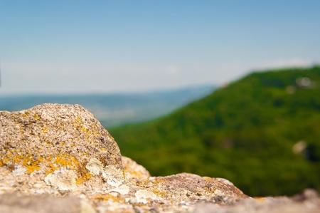 Piedra antigua y el paisaje en el fondo en Visegrad, Hungría