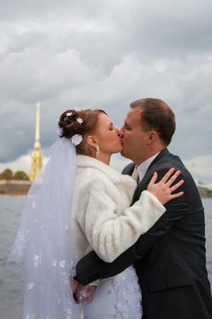 novio y la novia posando al aire libre en su día de la boda