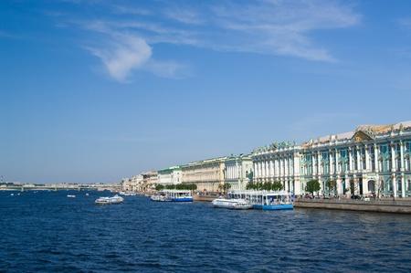 Palacio de invierno por Neva en San Petersburgo, Rusia