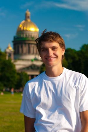 hombre sonriente con la catedral de Isaac, en el fondo Foto de archivo