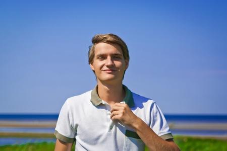Retrato de jóvenes al aire libre, atractivo hombre sonriente