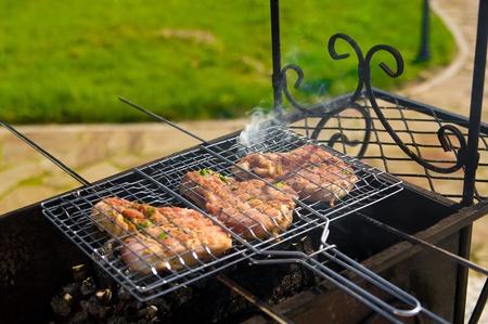 Estacas Juicy asar en la barbacoa con el humo