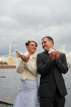 novio y la novia con un par de palomas blancas