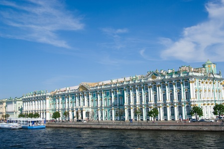 Palacio de Invierno por el Neva en San Petersburgo, Rusia