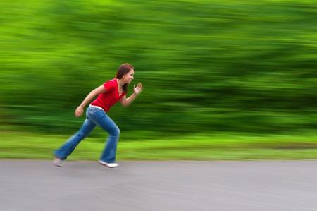 En Girl Forma Running Cross Country. Borrosa de fondo. Foto de archivo