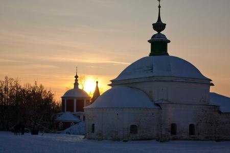 Iglesia en la puesta de sol en Suzdal. Winter d�as.