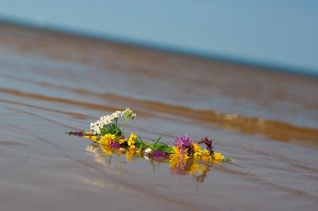 circlet: cerchietto di fiori su una spiaggia di sabbia