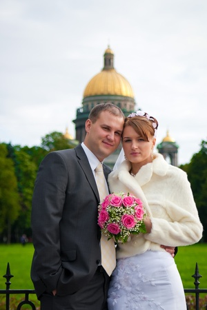 novio y novia posando al aire libre el d�a de su boda Foto de archivo