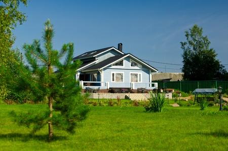 Nueva casa de madera azul en el césped