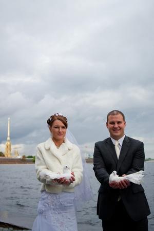 el novio y la novia con un par de palomas blancas