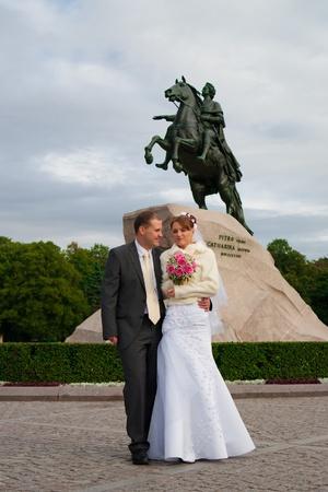 novio y la novia posando al aire libre en su d�a de la boda