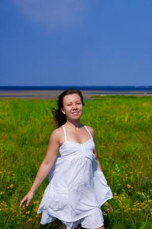chica caminando en el campo Foto de archivo