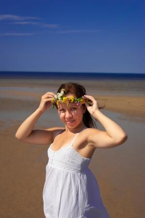 chica con una corona de flores Foto de archivo