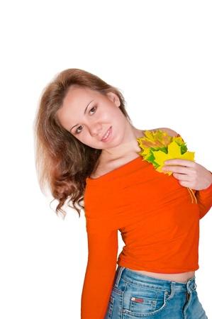 mujer joven y atractiva con el oto�o las hojas de arce