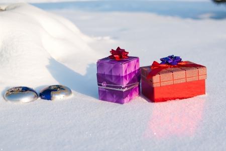 Caja de regalo de Navidad en la nieve al aire libre