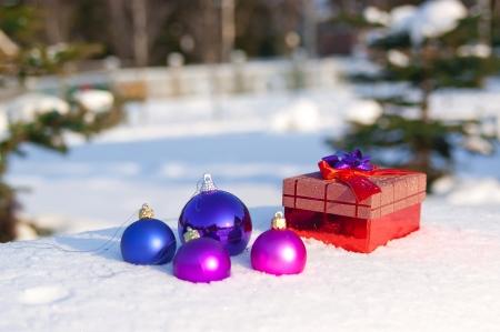 Bolas de Navidad al aire libre en la nieve