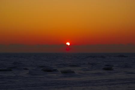 Hermosa puesta de sol de invierno sobre el mar colorido Foto de archivo