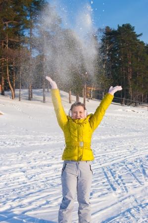 Chica a quitar la nieve en el aire