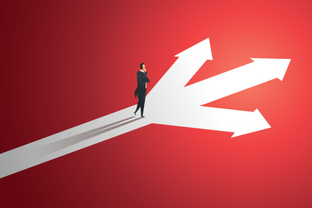L'homme d'affaires regarde le chemin vers le haut de la flèche à trois voies vers le succès de l'objectif. illustration vectorielle
