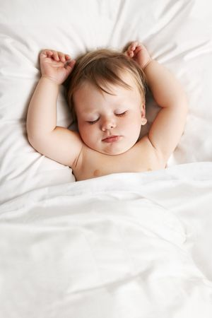 child sleeping: Dormir en la cama de beb�