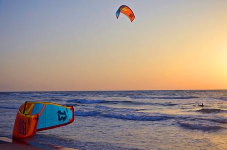 Kitesurf, embarque en el mar, puesta de sol, la playa del mar Mediterráneo, Israel, el equilibrio, los deportes extremos, el estilo de vida activo Foto de archivo - 101376799