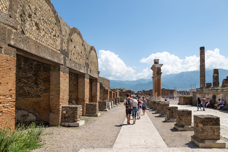 Pompeii, Italy - May 24, 2018: Tourists at ruins of ancient Roman city of Pompeii, Province of Naples, Campania, Italy. Éditoriale