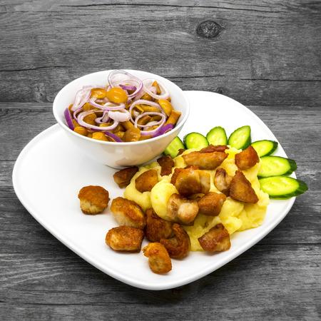 pure de papa: Puré de patatas con pollo y champiñones en un fondo de madera