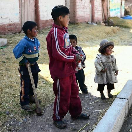 campesinas: Niños peruanos de familia pobre campesina Foto de archivo