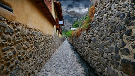 Narrow streets in Ollantaytambo
