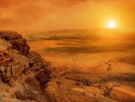 El cráter Makhtesh Ramon en el desierto de Negev de Israel es el cráter de erosión más grande del mundo. Puesta de sol en el desierto de Negev. Foto de archivo