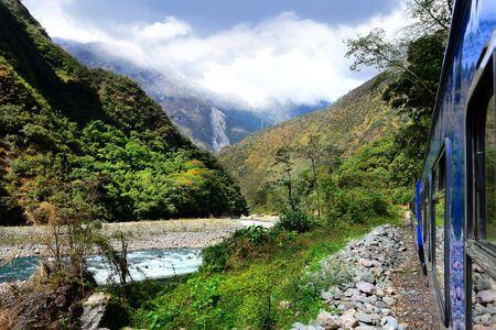 Peruvian train to Machu Picchu passes along the Urubamba River. Foto de archivo