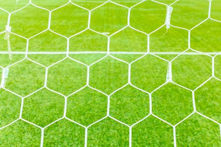 pasto sintetico: Las redes de la portería de fútbol con campo de hierba artificial Foto de archivo