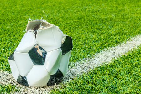 Vervallen voetbal in het kunstgras Stockfoto